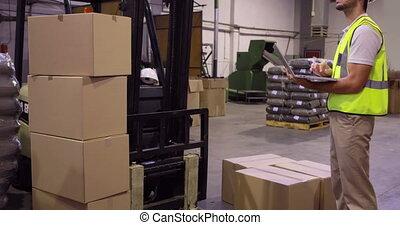 entrepôt, vérification, carton, ouvrier