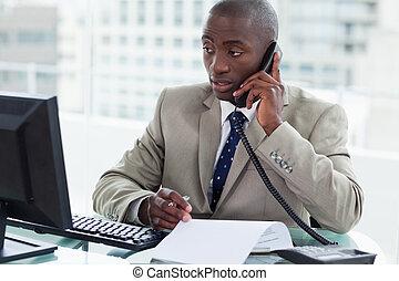 entreprenör, göra en påringning, medan, tittande vid, hans,...