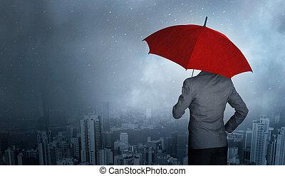 entreprenör stå, medan, holdingen, en, röd beskydda, över, oväder, in, stad, jättestor, regna, bakgrund., affär, kris, och, försäkring, concept.
