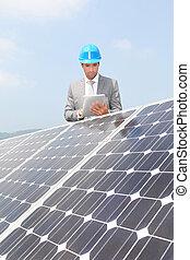 entreprenör stå, på, solar panel, installation