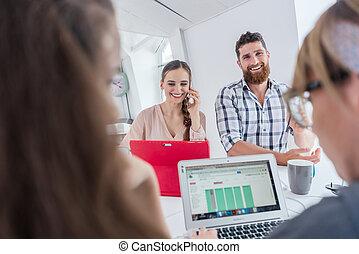entrepreneur, mobile, conversation, femme, bureau, actif, partagé