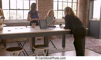 entrepreneurs, démarrage, idées, créatif, artistique, échanger, pendant, trois femmes