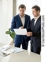 entrepreneurs, discuter, compagnie, financier, résultats