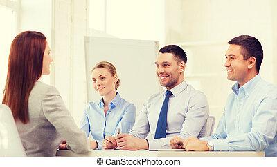 entrevue, femme affaires, sourire, bureau
