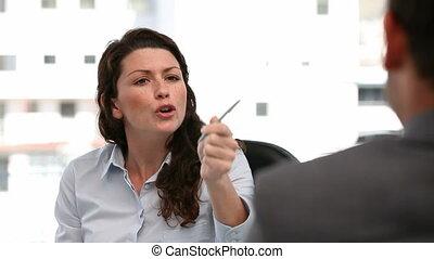 entrevue, femme, pendant, fâché