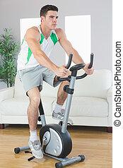 entschlossen, hübsch, mann, training, auf, üben fahrrad