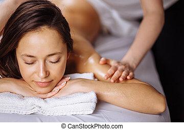 entspannend, frau, bekommen, spa, massage, von, schulter, in, schönheit salon