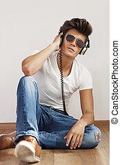 entspanntes, junger mann, hören musik, auf, kopfhörer