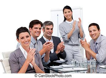 entusiástico, businessteam, aplaudindo, após, um,...