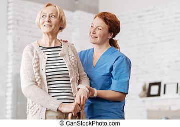 entusiasmado, mujer mayor, el gozar, un, cortocircuito, caminata