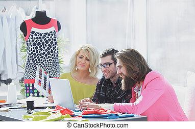 entwerfer, gruppe, arbeiten, auf, a, laptop, in, a, kreativ, buero