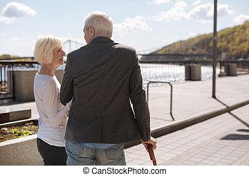 envejecimiento, mujer, con, el suyo, marido, gasto, tiempo libre, aire libre