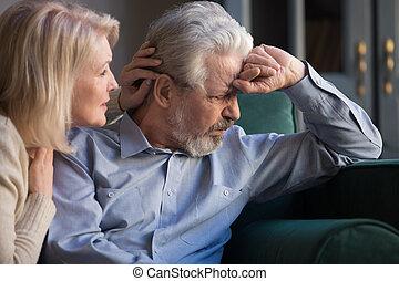 envelhecido, desculpar, esposa, triste, meio, confortando, sênior, preocupado, marido, amando