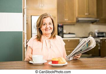 envelhecido, leitura mulher, e, comendo desjejum