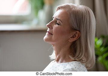 envelhecido, pacata, olhos, sereno, meio, respirar, mulher, fechado