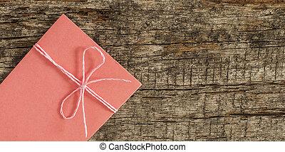 enveloppe, gebonden met lint, op, houten, achtergrond