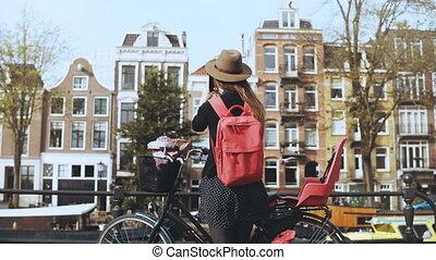 enviando, mulher, bicicleta, menina, costas, online., vídeo, 4k, bonito, social, networks., vista., amigos, blogging, europeu