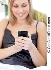 enviando, mulher, texto, sentando, loura, sofá