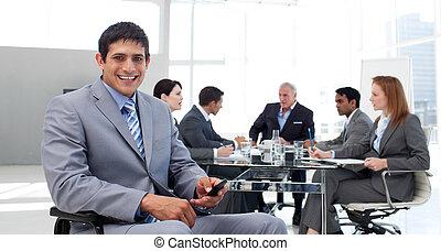 envoi, fauteuil roulant, sourire, texte, homme affaires