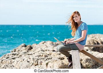 envoi, femme souriante, bord mer, email