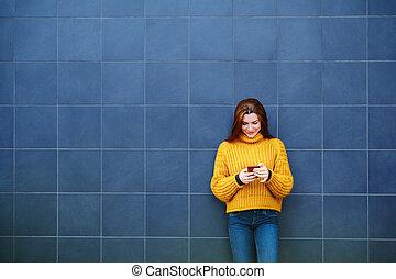 envoi, téléphone, texte, extérieur, femme, message, roux, jeune
