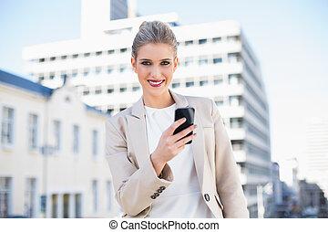 envoi, texte, séduisant, femme affaires, message, heureux