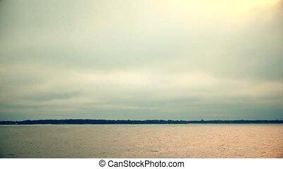 episch, wolkenhimmel, bewegung, aus, fluß, oder, lake.,...
