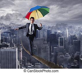 equilibrist, affärsman, gå, på, a, rep, med, paraply, över, den, city., begrepp, av, övervinna, den, problem, och, positivity