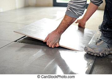 tegole pavimento posa ceramica closeup mani uomo essere tegole pavimento taglio. Black Bedroom Furniture Sets. Home Design Ideas