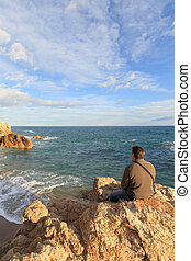 equipaggi seduta, su, uno, roccia, in, il, spiaggia, e, dall'aspetto, il, mare