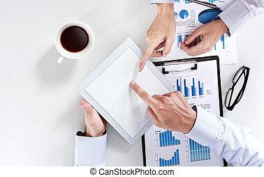 equipe affaires, à, les, réunion, utilisation, tablette, bloc effleurement, pc
