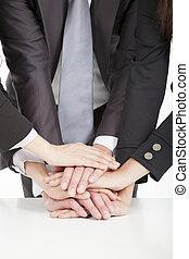 equipe affaires, à, main, ensemble, table, pour, collaboration, concept