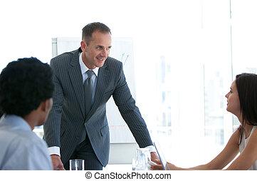 equipe affaires, étudier, a, nouveau, plan, dans, a, réunion