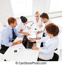 equipe affaires, avoir, réunion, dans, bureau