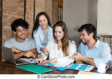 equipe affaires, de, jeune adulte, gens, travailler bureau, à, bureau
