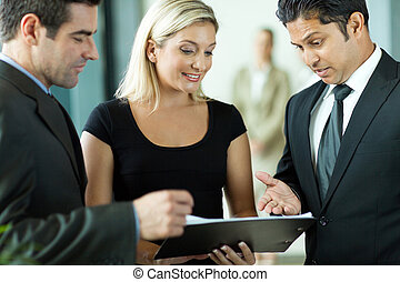 equipe affaires, discuter, a, contrat
