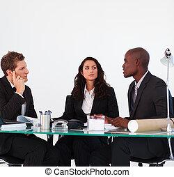 equipe affaires, discuter, dans, a, réunion