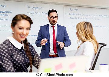 equipe affaires, discuter, les, présentation, de, a, nouveau, financier, projet, sur, a, lieu travail, à, bureau