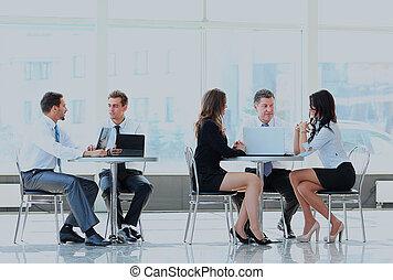 equipe affaires, fonctionnement, dans, une, bureau.