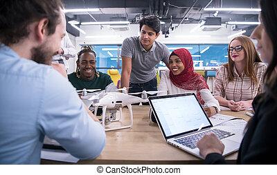 equipe affaires, multiethnic, sur, bourdon, apprentissage, technologie