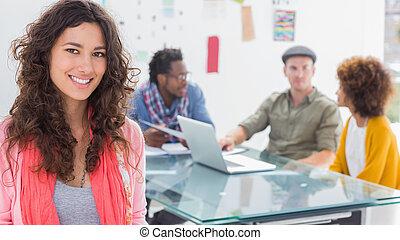 equipe, criativo, trabalhando, sorrindo, atrás de, mulher