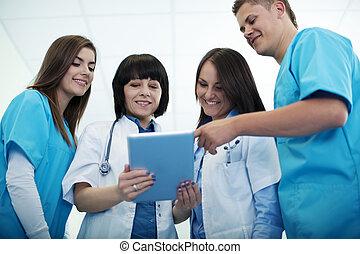 equipe médica, verificar, resultados, ligado, tablete digital