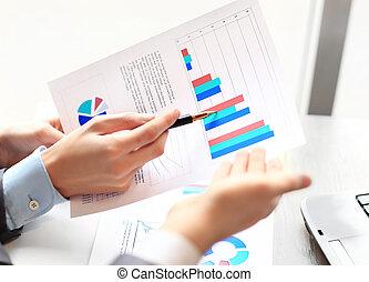 equipe negócio, analisando, mercado