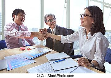 equipe negócio, apertando mão, e, rir, felicidade, para,...