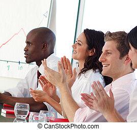 equipe negócio, clapping, em, um, reunião