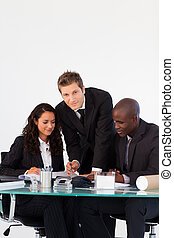 equipe negócio, conversa, um ao outro, em, um, reunião