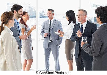 equipe negócio, desfrutando, algum, almoço