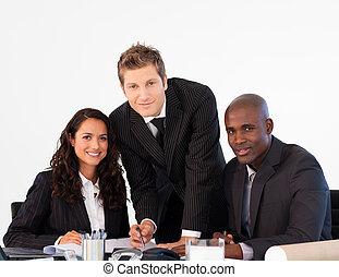 equipe negócio, em, um, reunião, olhando câmera