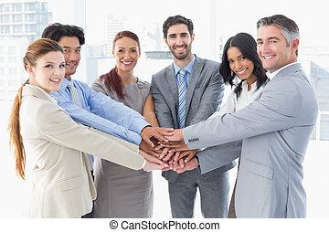 equipe negócio, empilhando, seu, mãos