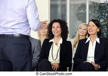 equipe negócio, escutar, sorrindo, para, orador